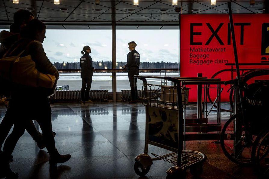 Koska saapuvia matkailijoita on paljon, on lentoasemalla kiinnitetty erityistä huomiota palaavien matkailijoiden liikkumiseen lentoasemalla ja sen lähistöllä. Arkistokuva.