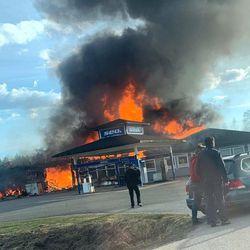 400 neliön kokoinen rakennus tuhoutui tulipalossa Kolarissa – rakennuksessa halli, asunto, varasto ja polttoaineen jakeluasema