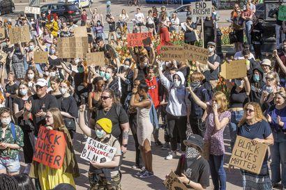 Satoja nuoria osoitti Oulussa mieltä rasismia vastaan, Black lives matter raikui marssilla – katso kuvagalleria