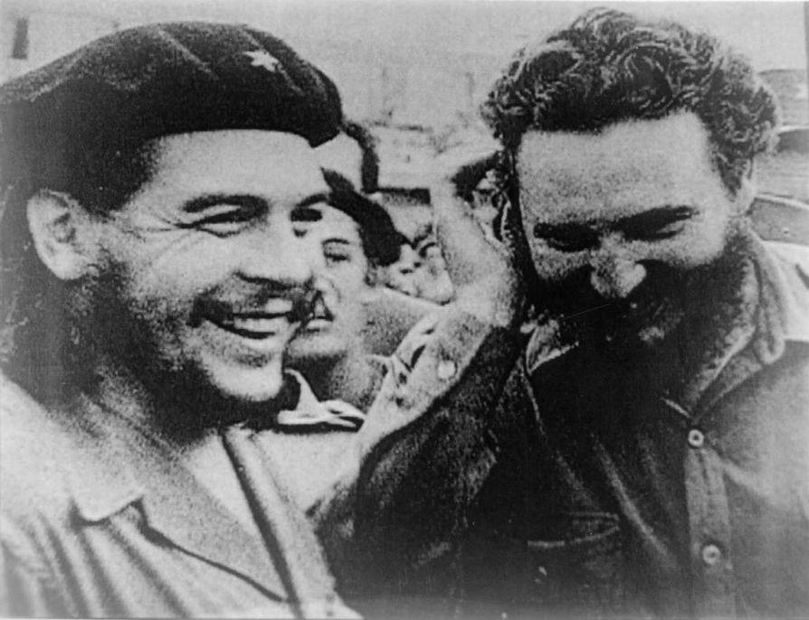 Che Guevara (vas.) ja Fidel Castro vuonna 1960.