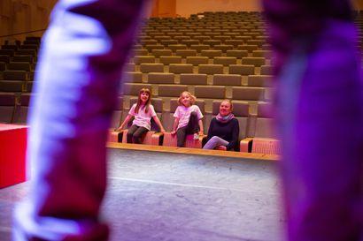 """Naisen kaipuu -näytelmässä lavalle nousee kolme sukupolvea Näyttämöläisiä, sillä teatterikärpänen on puraissut lapsiakin: """"Teatteri ujuttautuu elämään, eikä sitä osaa erottaa muusta elämästä"""""""