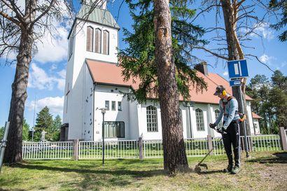 """Nuorten kesätyötilanne odotettua parempi - """"On kiva, kun kirkon seutu on kaunis"""""""