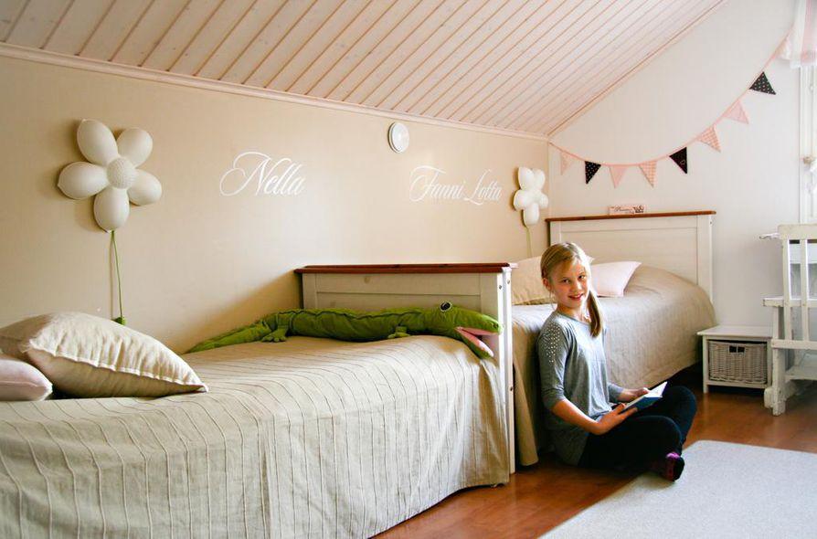 """Fanni-Lotta Karjalaisen, 9, mielestä  parasta lastenhuoneessa on oma pulpetti, johon mahtuvat talteen niin päiväkirjat kuin muut tärkeät tavarat. Pulpetti on vanhan kyläkoulun jäämistöä. """"Omaan huoneeseen toivoisin kerrossänkyä."""""""