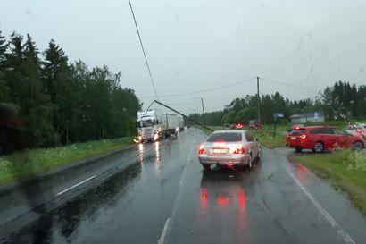 Rekan perävaunu kaatui moottoritielle Limingassa – kilometrien mittaiseksi venähtänyt jono nyt purettu