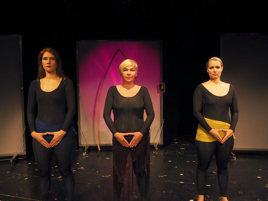 Silja Ruonala (vas.), Pia Taalas ja Silva Belghiti esittävät Eve Enslerin Vaginamanologeja Oulussa.