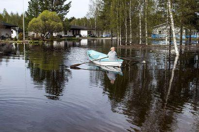 Tulva nousi Katajatiellä äkkiä ja saarsi talot Rovaniemellä – asukkaat epäilevät läheisen siltatyömaan padonneen vettä, nyt autot parkkeerataan vilkkaan Nelostien varteen ja osa soutaa kotiin