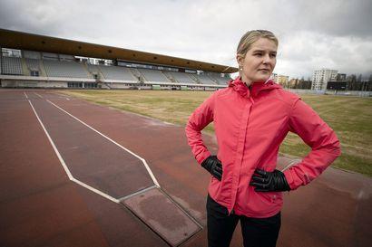 """Pitkän tauon jälkeen pihkaa sormiin – seiväshyppääjä Henriikka Könösen hyppyharjoitteluun tuli kahden kuukauden stoppi: """"Sitä ei auta jäädä vellomaan"""""""