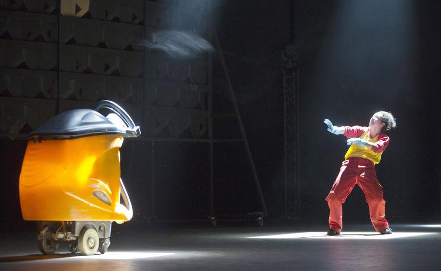 Yksi esityksen vahvimpia kuvia on robotti-imuri ja yksinäinen SOL-siivooja (tanssija Milla Virtanen).