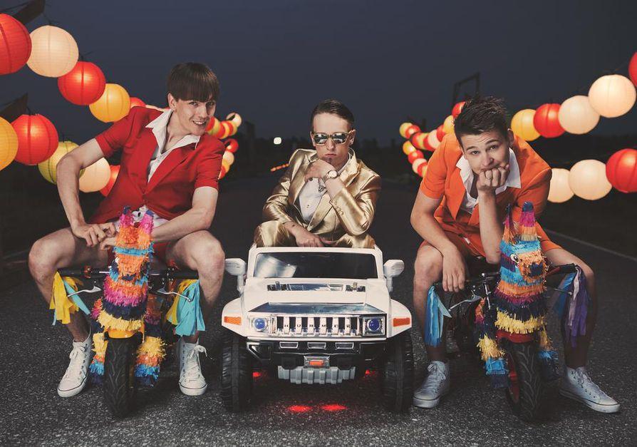 KAJ on kolmen nuoren huumoriryhmä, joka on suosittu suomenruotsalaisten keskuudessa. Kuvassa vasemmalta Kevin Holmström,  Axel Åhman ja Jakob Norrgård.