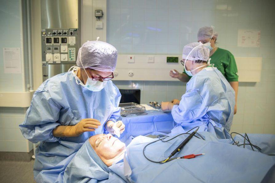 Plastiikkakirurgi Terhi Järvinen käyttää silmäluomileikkauksissa radiofrekvenssilaitetta. Myös veistä tai laseria voidaan käyttää. Lopputulokseen menetelmällä ei ole vaikutusta.