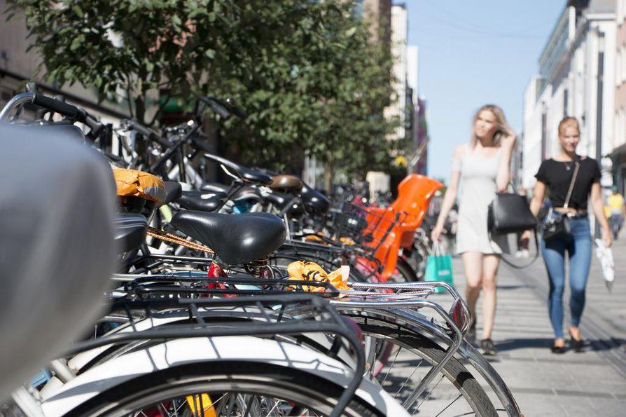 Rotuaarin pyörätelineet ovat jatkuvasti täynnä. Kävelykadulle pitäisi kuitenkin saada mahtumaan vielä pysäköintiasemia kaupunkipyörille.