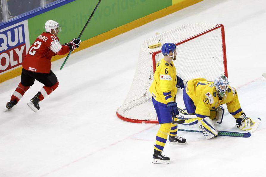 Minnesotan Nino Niederreiter viimeisteli Sveitsin 1-0-maalin Roman Josin laukauksen paluukiekosta.
