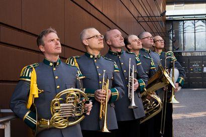 Satuja Lapista, urbaania kantria ja sotilaallista jazzia suorana Mondelta