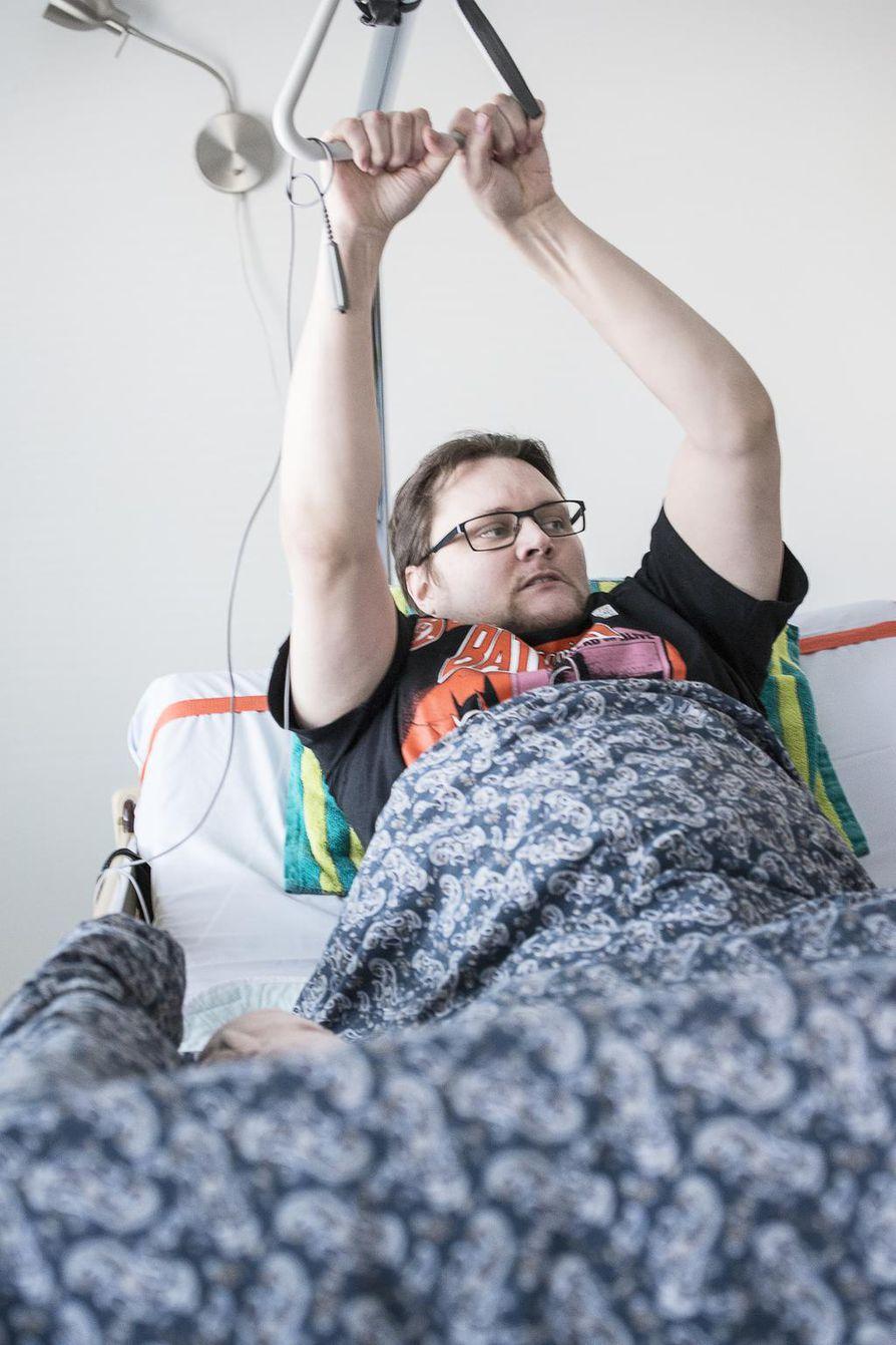 Alkuvuodesta Turo Tuominen halvaantui kainaloista alaspäin. Huhtikuussa kipu lähetti hänet ambulanssilla saattohoitokotiin, mutta lopulta hän kävi siellä vain lisäämässä lääkettä kipupumppuun.