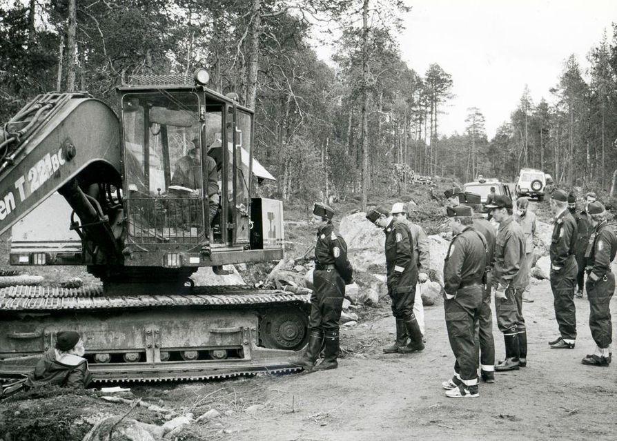 Elokuussa 1991 tunnelma Kessin metsätiellä kiristyi. Teuvo Niemelä kahlitsi itsensä kaivinkoneen telaketjuun ja Pentti Linkola hyttiin. Lopulta poliisit katkaisivat kettingit ja veivät Niemelän ja Linkolan putkaan. (Arkistokuva.)