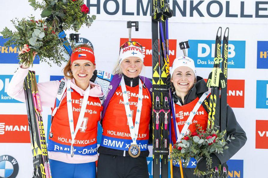 Mari Laukkanen tuuletti voittoa palkintokorokkeella. Toiseksi tuli Gabriela Koukalova ja kolmanneksi Justine Braisaz.