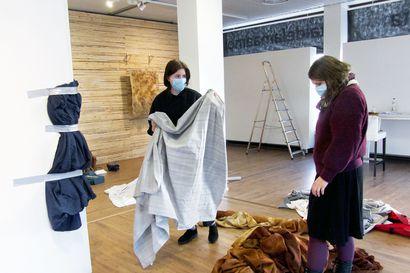 Hiljainen taistelu antoi teeman näyttelylle – Lapin taiteilijaseuran Young Arctic Artists -projektin neljäs osa paneutuu kulttuurivähemmistön asemaan kalotilla