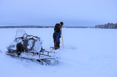 """Koillismaalla jääkannen paksuus vaihtelee – Kitkajärvellä Kuumalahdessa jää kantaa juuri ja juuri moottorikelkkaa, Tolvanselällä on voinut ajaa autolla: """"Jäälle lähtiessä järki päässä"""""""