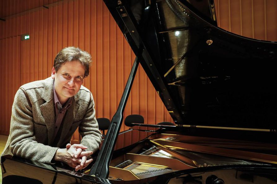 Kansainvälisesti tunnetuin suomalainen pianisti Olli Mustonen konsertoi nykyään säännöllisesti myös kotimaan kaupungeissa, kuten tällä kertaa Oulussa.