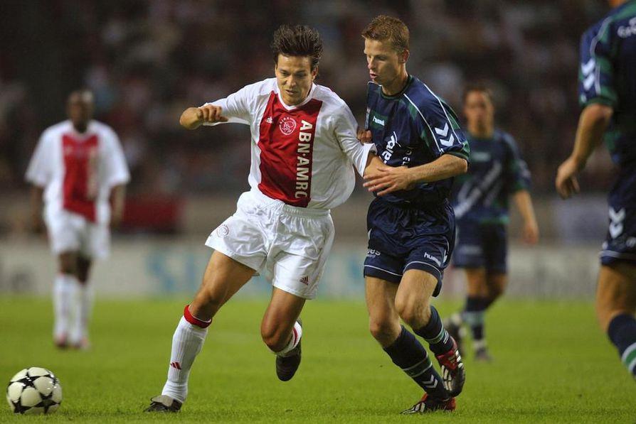 Jari Litmanen (vas.) on Suomen kaikkien aikojen paras jalkapalloilija. Hänen lahjakkuutensa tunnistamiseen ei tarvittu tekoälyä. Kuva on vuodelta 2002, jolloin Litmanen pelasi Amsterdam Ajaxissa.