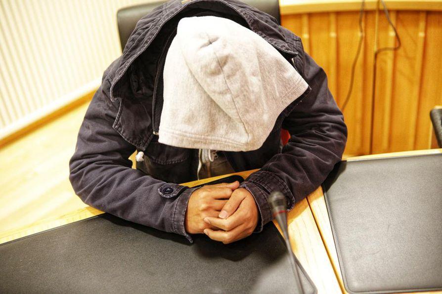 Oulussa viime vuonna paljastuneen seksuaalirikosvyyhden ensimmäinen käsittely alkoi maanantaina Rovaniemen hovioikeudessa.