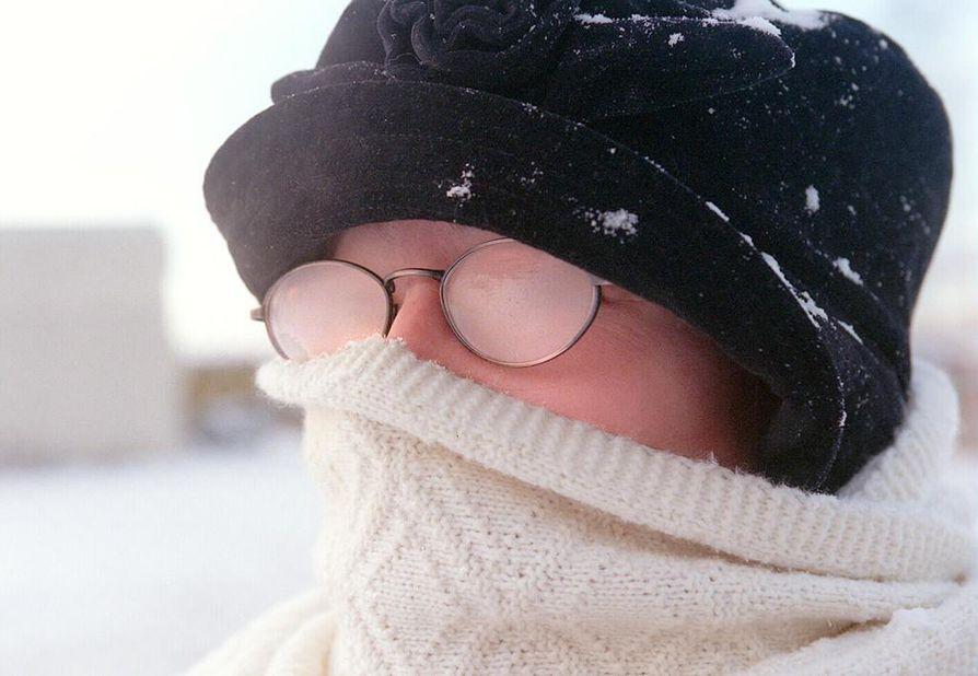 Kylmä kipristää ihoa, mutta ei aiheuta perifeeristä kasvohalvausta sen enempää kuin lämminkään ilma.