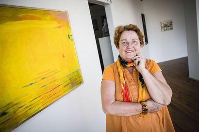 Juhlanäyttely Rovaniemellä: Uusi ilo näkyy väreinä Siiri Niemelän taiteessa