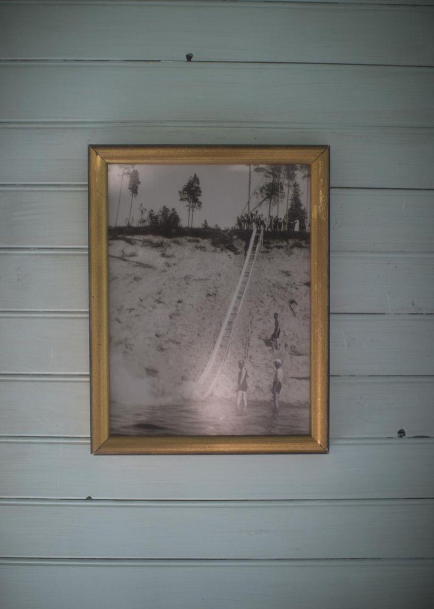 Kahvilassa voi tutustua Ärjänsaaren historiaan. Seinillä on kuvia vuosikymmenten takaa.