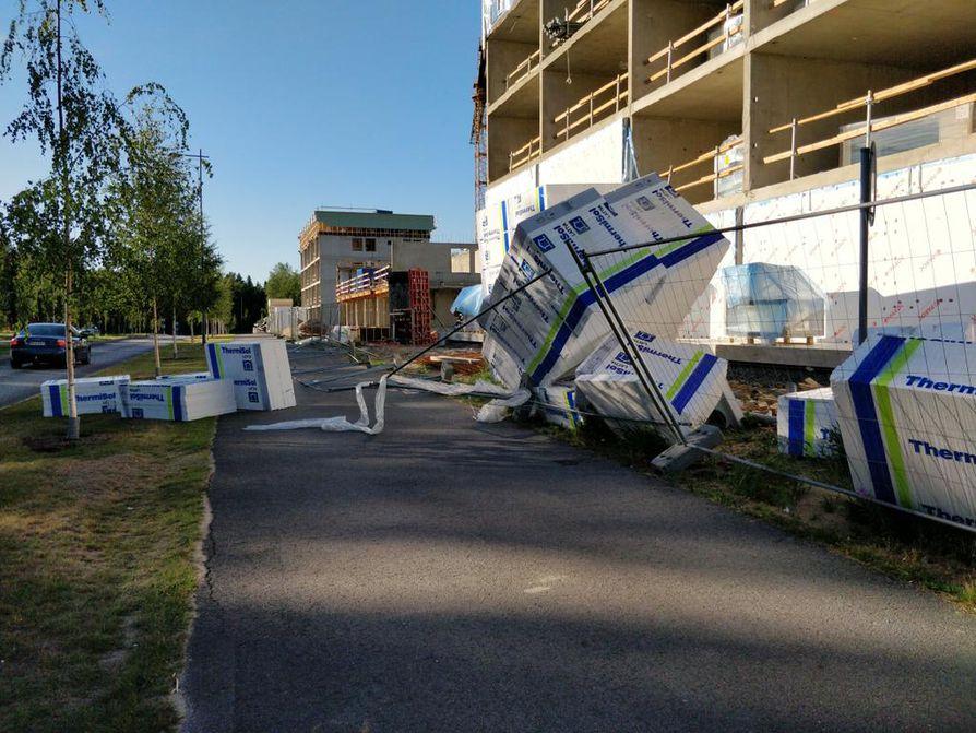 Tuuli kaatoi rakennustarvikkeita pyörätielle Ritaharjussa.