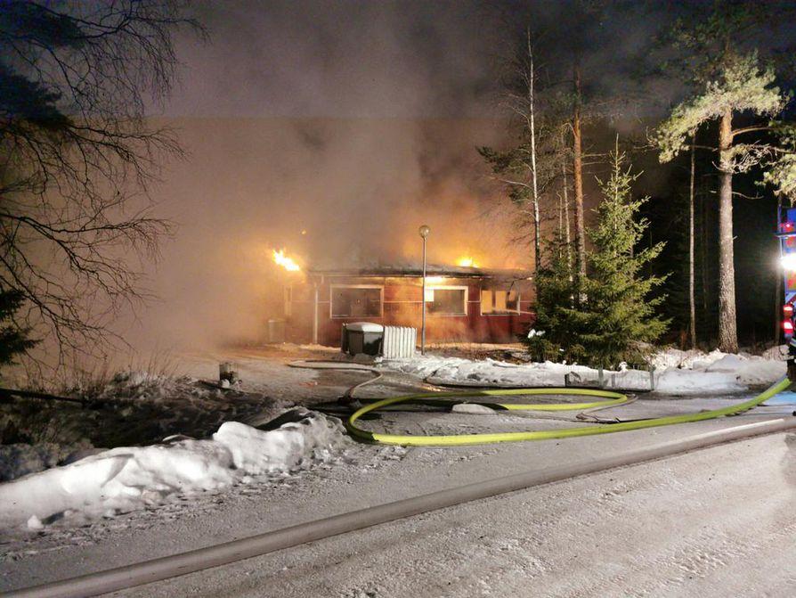 Rakennus kärsi tulipalossa merkittäviä vaurioita.