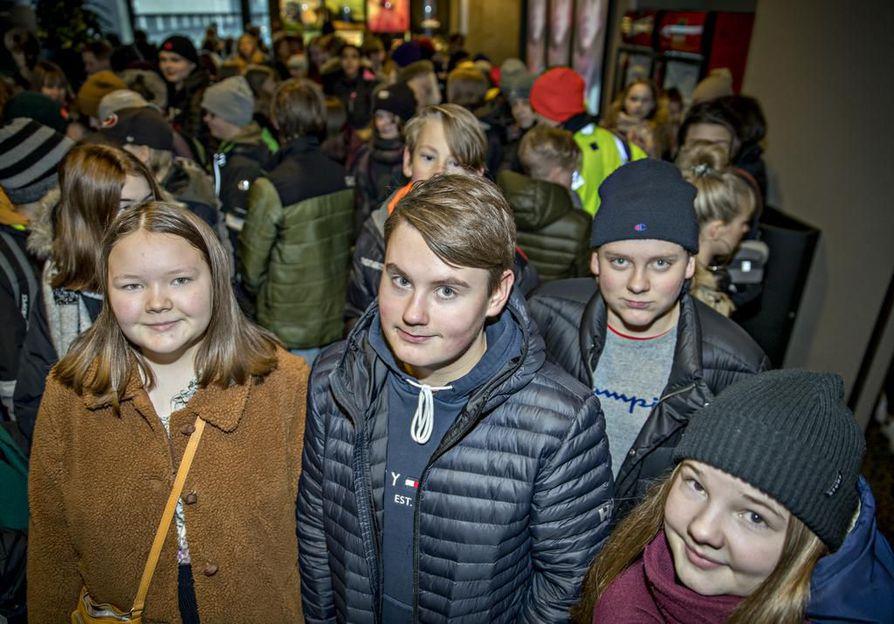 Iita Hanhela (vas.), Veeti Tamminen, Volmar Lokka ja Maija Harju olivat mukana esittelemässä Rajakylän koulun ratkaisuja Finnkinossa.