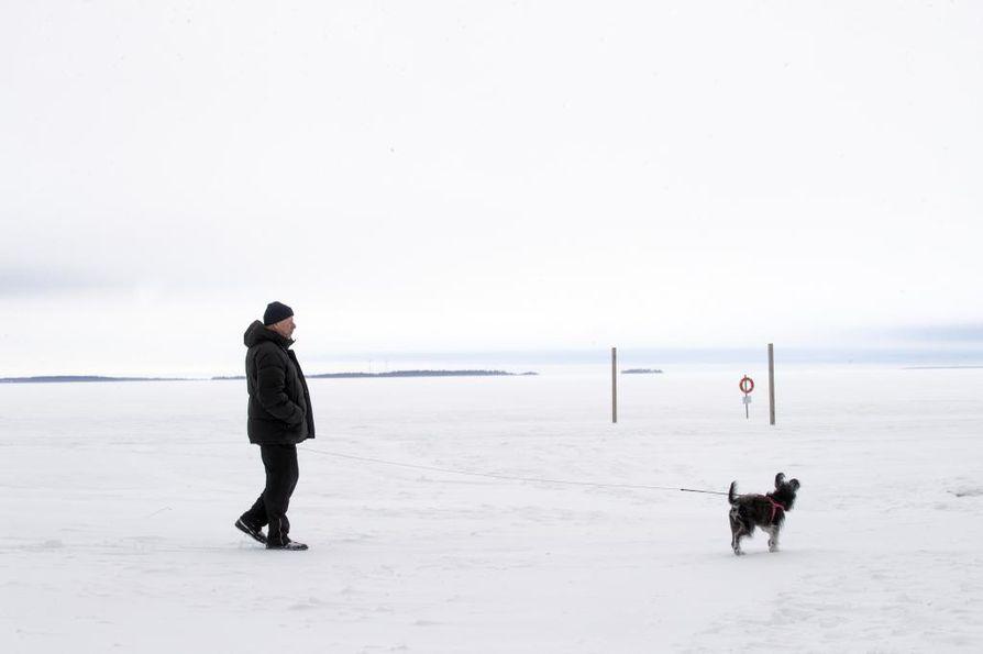 Kävelylenkki parhaan kaverin voi muuttua painajaismaiseksi, jos jää sattuu pettämään alta. Arkistokuva.