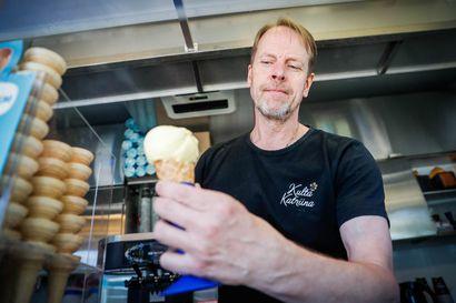 """Alkukesä on ollut jäätelökioskeilla odotettua parempi – helteet houkuttelevat kojuille nyt satoja asiakkaita pävässä: """"Tämä on ollut positiivinen yllätys"""""""