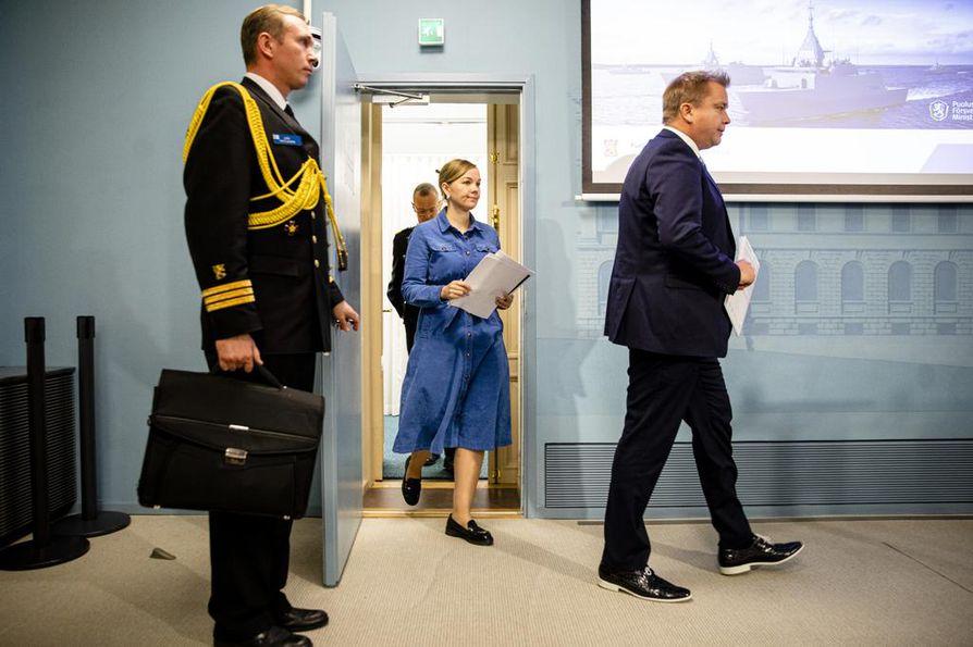 Keskustalaiset puolustusministeri Antti Kaikkonen ja elinkeinoministeri Katri Kulmuni kävelivät torstaina tiedotustilaisuuteen kertomaan korvettihankinnasta.