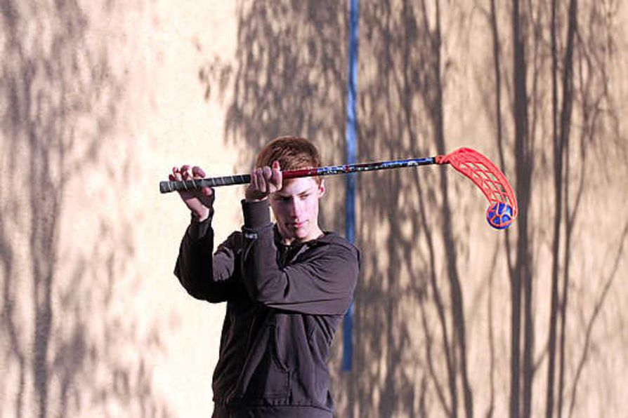Ylivieskalainen Joona Leppälä  uhmaa painovoimaa mailan   ja pallon avulla.