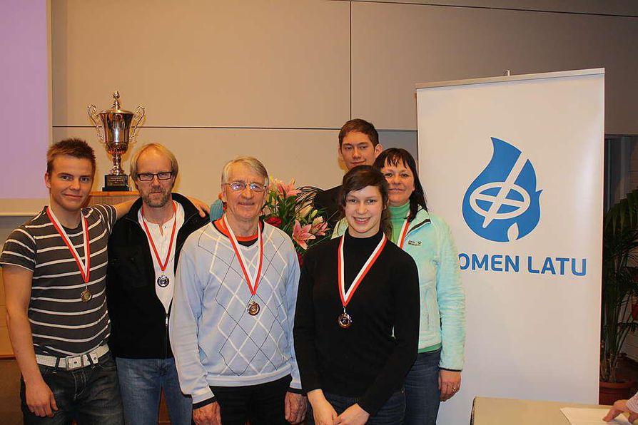 Oulun Talviuimarit nappasivat kuusi mitalia SM-kisojen avauspäivänä. Kuvassa vasemmalta oikealla Reijo Orvola(kultaa), Jari Jokinen(hopeaa), Eero Savolainen(hopeaa), Elisa Yrjö-Koskinen(hopeaa), Maarit Sihvonen(kultaa), takarivissä Sakari Yrjö-Koskinen(hopeaa).
