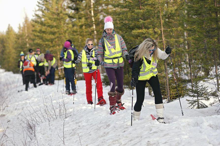 Kontaktit kantaväestöön korostuvat, kun maahanmuuttajataustaiset ihmiset kiinnittyvät Suomeen ja suomalaisuuteen. Yhteinen tekeminen on tärkeässä asemassa. Tässä ulkomaalaiset vaihto-opiskelijat ottivat Oulussa tuntumaa lumikenkäilyyn helmikuussa 2014.