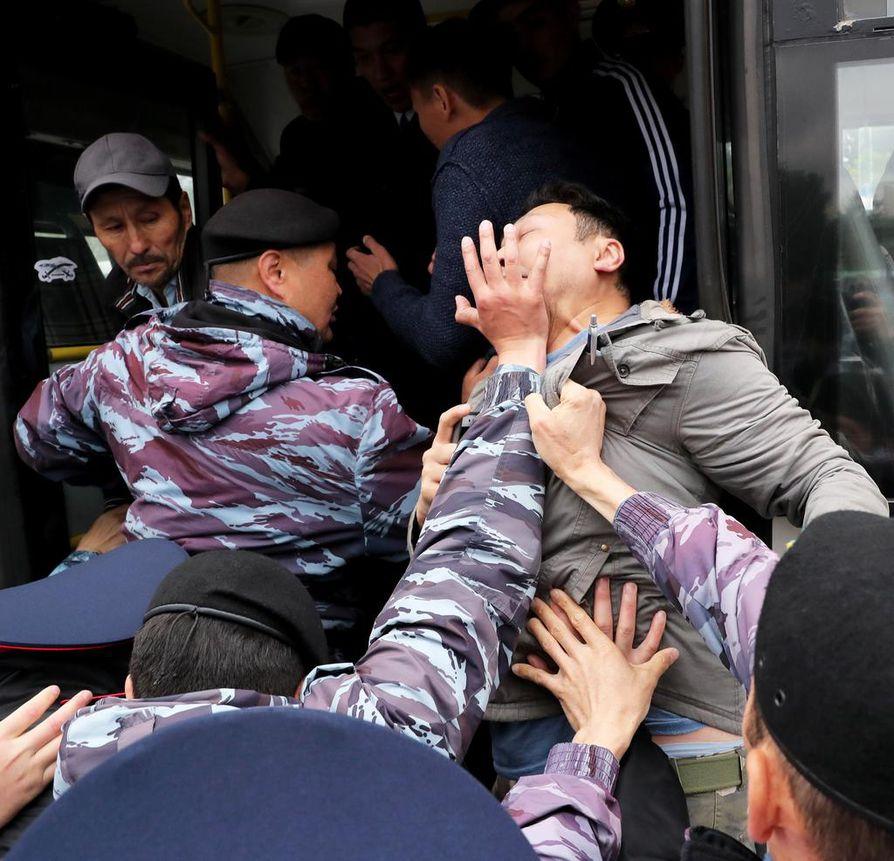 Poliisit pidättivät kovin ottein mielenosoittajia Kazakstanin Nur-Sultanissa (entinen Astana).