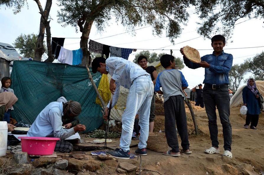 Teltoissa asuvat afganistanilaiset Morian siirtolaisleirillä leipoivat lokakuun lopussa leipää maauunissa.