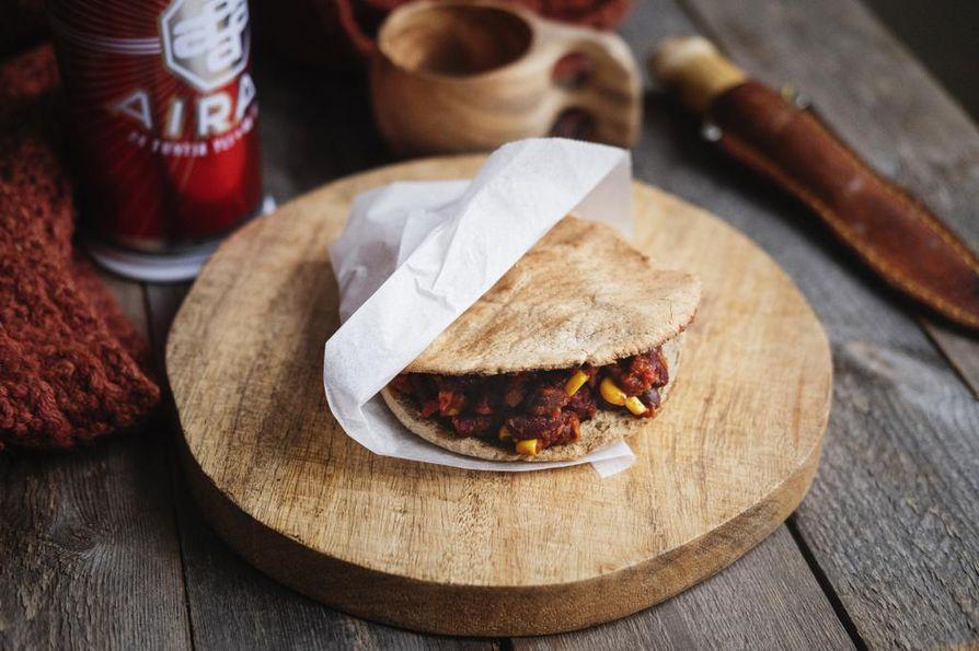 Lämmitä pitaleivät nuotiolla ja täytä muhevalla chili sin carnella.
