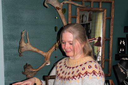 Inarilainen Tytti Bräysy hankkii ideat luonnosta ja hopean Ruotsista – Nykyään korunostajakin on kiinnostunut metallin alkuperästä