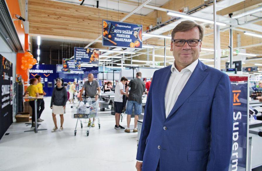"""""""Merkittävä osa kaupoistamme on uudistettu sekä valikoimiltaan että ilmeeltään, ja tämä työ jatkuu alkaneena vuonna. Myös ruoan verkkokauppamme vahva kasvu jatkui ja verkkokaupan palveluita tarjosi vuoden lopussa jo yli 150 kauppaa"""", Keskon pääjohtaja Mikko Helander sanoo. Arkistokuva."""
