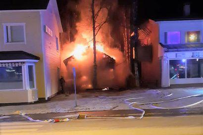 """""""Leviäminen osuuspankin taloonkin oli hyvin hilkulla"""" – Posion keskustan vanhin rakennus paloi yöllä, omistajalta katkesi vesi, lämpö ja sähkö"""