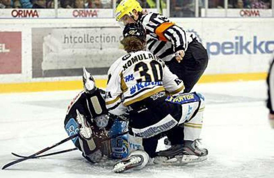 Komulainen voitti Kärppien riveissä mestaruuden. Uran viimeiseksi seuraksi jäi Vaasan Sport.