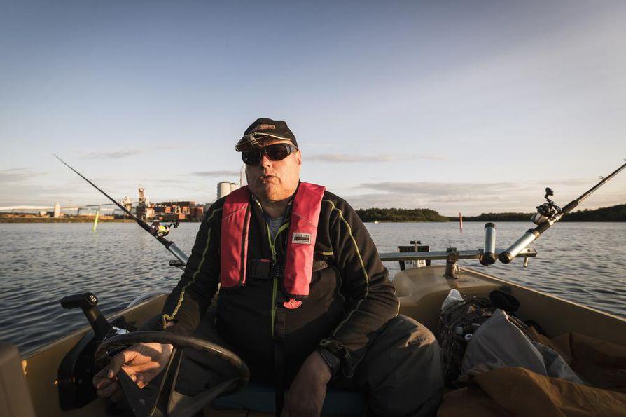 Seppo Salolla on edelleen tallessa lapsena saatu ensimmäinen virveli. Kokeneella kalamiehellä on hallussaan useampi ennätys, mutta nykyään saalista tärkeämpää on fiilis. Kalassa kaikki ovat kavereita, ja jokaista vastaantulijaa moikataan.