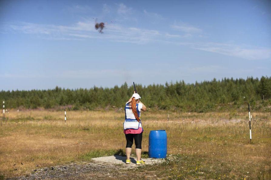 Marjut Heinonen harjoittelemassa skeet-ammunnan EM-kisoja varten Oulunsalon radalla.