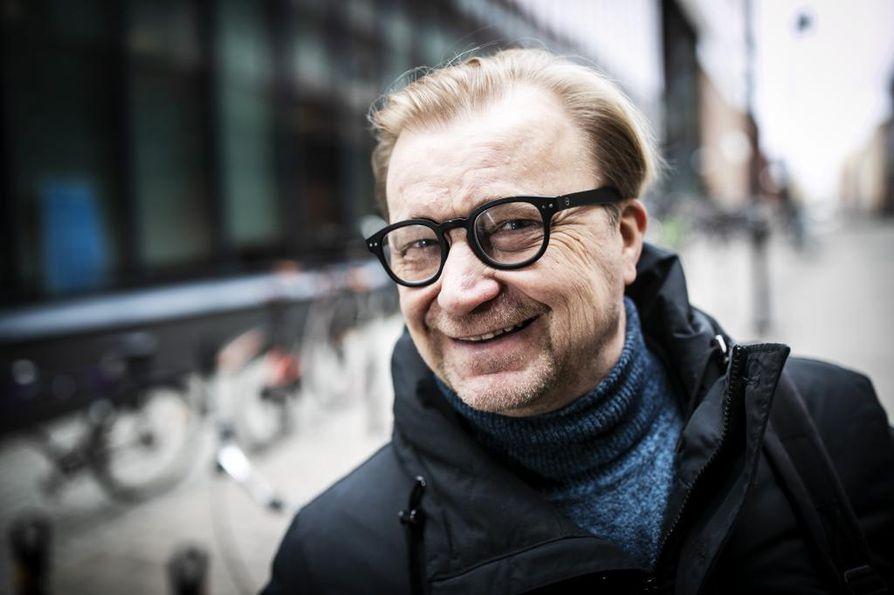 Sami Pirkola pääsi aikanaan harjoittelijaksi itsemurhatutkimukseen. Hän teki myös väitöksensä itsemurhista ja päihteistä.  Itsemurhat ovat sen jälkeen kulkeneet tutkimusaiheena mukana koko työuran.