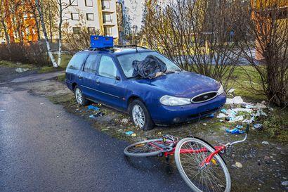 Miten pitkään hylätty auto voi olla kadunvarressa? Sotkua ympärilleen saanut auto on jököttänyt samassa paikassa Tuirassa jo useamman vuoden