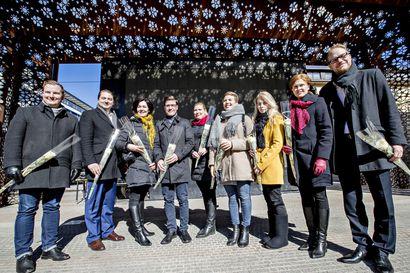 Oulun vaalipiirin uusia kansanedustajia kukitettiin Rotuaarilla, paikalla oli yhdeksän edustajaa
