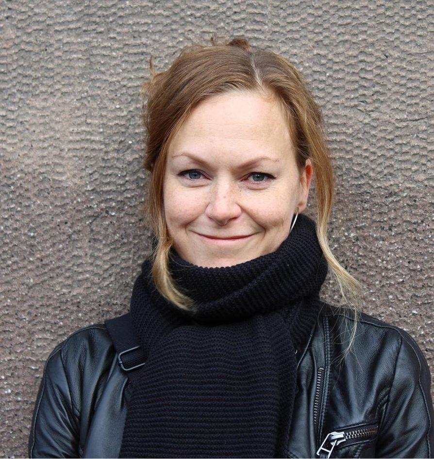 Usein käytetty komediallinen keino on, että henkilö kieltäytyy myöntämästä virhettään, vaikka normaalissa elämässä ihminen sanoisi: sori, olin väärässä. Rehtorin toinen käsikirjoittaja on Paula Korva. Hän on myös ohjannut sarjan.